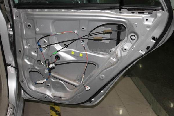 汽车隔音降噪——车德尔高效环保隔音   拆开卡罗拉车门护板之后,原车