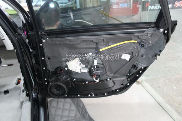 第二层的吸引处理:  两层隔音施工完毕: 车门隔音能有效的强化车门钣金厚度,让车门变得更加结实。优质的车德尔汽车隔音材料能让车门共振异响得到削减,密封的车门更像一个独立的箱体,这对提升喇叭的音响效果有着非常明显的帮助。  后门隔音效果图:  接着进行驾驶舱底板隔音:驾驶舱底板隔音 将驾驶舱附件小心的拆卸下来之后,将驾驶舱底板钣金表面清洁干净之后,准备进行隔音作业:  驾驶舱底板隔音工艺: 第一层贴车德尔顶级止震隔音王,第二层在贴一层车德尔最顶级的白色吸音王。  驾驶舱底板第二层吸音处理完毕。车德尔顶级白色