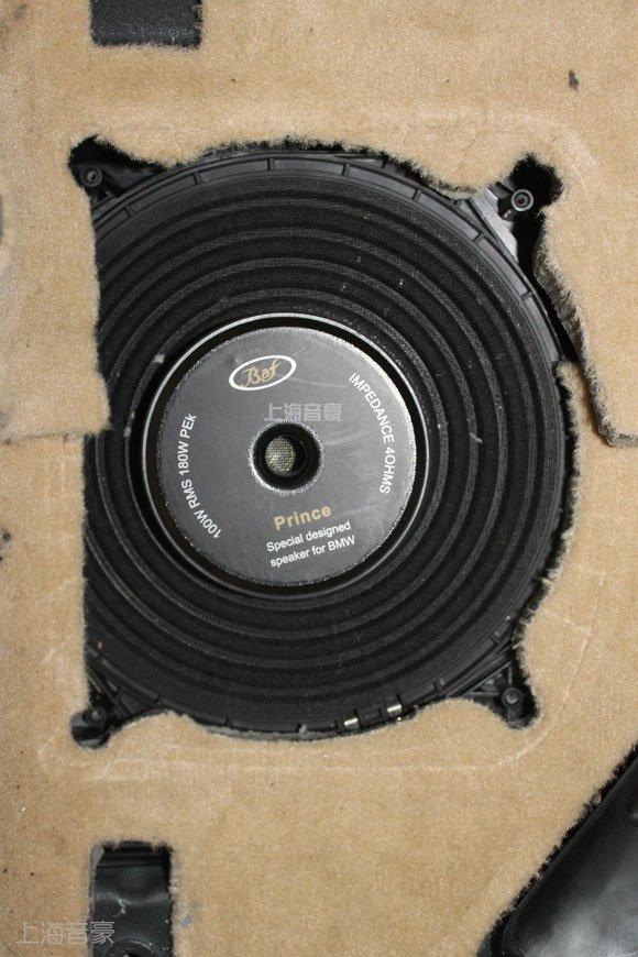 佰芙蓉贵族三分频喇叭的低音单元在正副驾驶座位下的原车低音位置