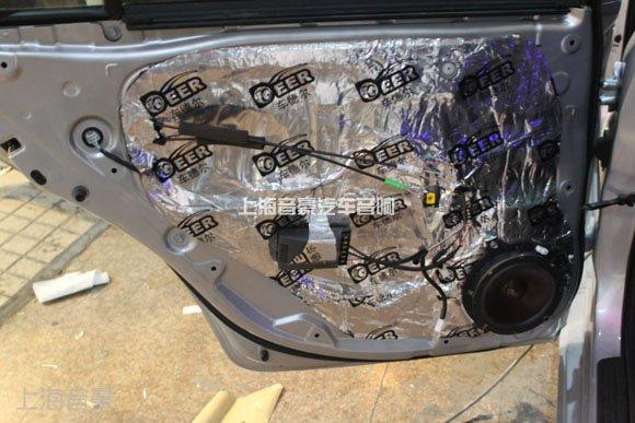 雷贝琴RA80四路功放安装在后排座椅背部:雷贝琴RA80是一款经典汽车功放,AB类工作方式。在4欧姆的负载条件下,每声道可输出80W的功率。其设计思路是专门针对中档音响系统改装,主要听感特点是音色柔和,音响效果容易控制,属温暖柔和型风格。