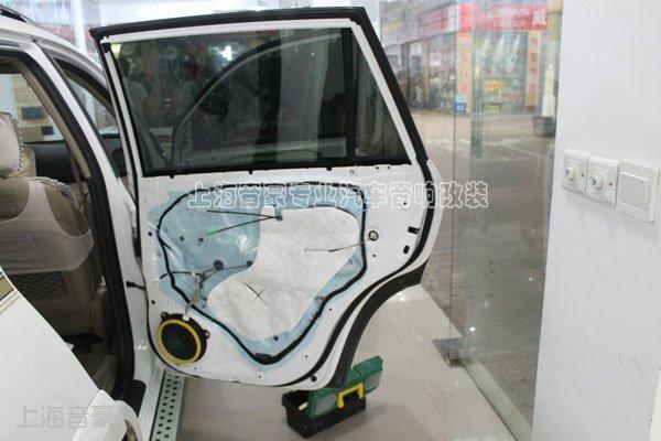 丰田rav4原车前后门构造,原车门上贴有一层薄膜,局部附有棉絮,但是