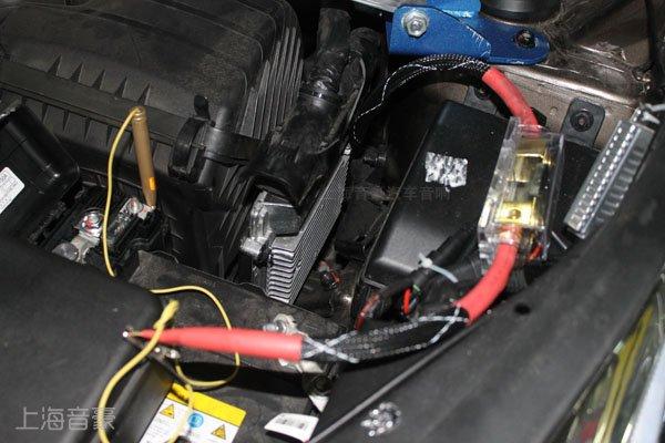 进行车门隔音不仅能减少噪音影响,更能使车门变得更加厚实,关车门的声音从此变得更加沉了!最关键的是,隔音之后使得车门更像一个箱体,能有效提升音响效果。  四门隔音完成之后,开始进行汽车音响升级: 前门以色列摩雷意蕾两分频套装喇叭安装 以色列摩雷意蕾系列具有独特的技术和高保真的声音效果,潜沉而精确的低频重现是意蕾真纯低音的特性,意蕾系列喇叭是摩雷系列中的顶级组合。摩雷新款高音单元MT-23采用双钕磁铁和阿克佛勒涂层(Acuflex™)软球顶构造。直径28mm(1 1/8″)的六角技术铝
