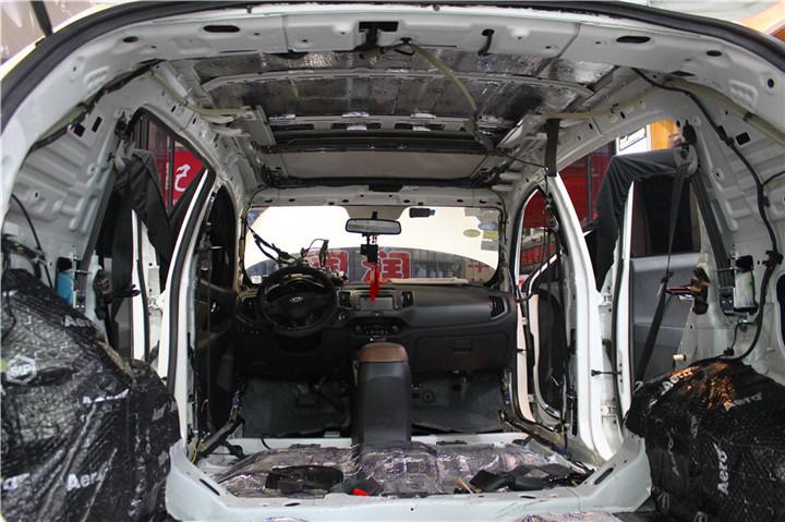 施工材料:  车主合影:  开始施工,拆下门板内饰后,原车车门板上只有一张薄膜,可以防水但对汽车隔音一点效果没有。 门板的隔音,其作用可以提高门板的刚性和密闭性,减少门板铁皮共振产生噪音,同时也大幅度降低风噪入侵的程度,达到隔音的效果。  车门采用大能蓝金刚止震板进行隔音,隔音完成后,前声场安装伊顿172.