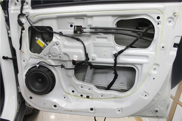 待改装的材料一览:  原车车门,下面我们拆车门,  拆开车门可见车门钣金直接暴露眼前,车门没有隔音隔音措施,  拆下的原车喇叭与伊顿 170.2对比   改装音响之前先对车门进行隔音,车门的隔音共分为两层,隔音第一步:在车门钢板内侧贴上一层STP银卫士减震板,阻隔外界噪音传入车内,抑制门板产生的共振。隔音第二步:在车门钢板外侧贴上一层减震板,除了起到隔音制振的作用外,还将车门内腔封闭起来,形成一个音箱的效果,消除了喇叭前后振动声波的声短路现象。  外层隔音效果   隔音完成后,前声场安装伊顿172.