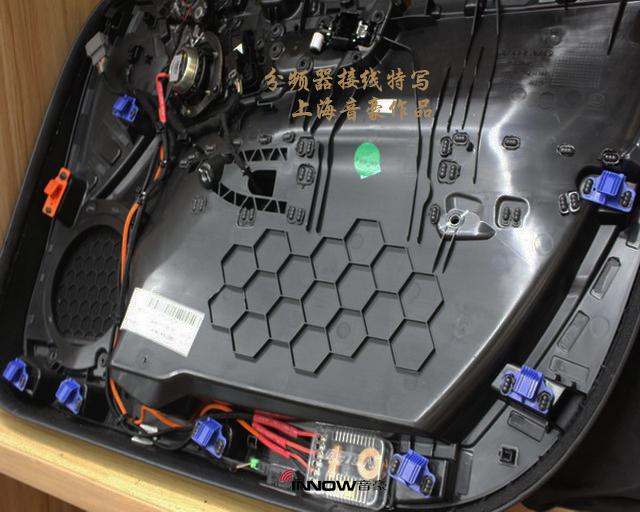 雖然德國伊頓 Rsr160 三分頻套裝喇叭擁有精致的做工和良好的音響品質,但如果想要讓其有出色的發揮,同樣也離不開功放的推動。上海音豪的改裝技師為汽車的前聲場添加了一臺美國arc ks300.4 4路功放,從而解決了原車音響系統功率供給不足的問題。配合雷貝琴dsp408Q的加入,聲場與頻率EQ的精準調節,讓整體三分頻的表現層次更加的清晰分明,背景音樂的樂感更加飽滿突出。