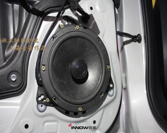 考虑到车主是初次进行音响改装,很多关于如何鉴赏音响品质方面的经验不甚了解。所以在试音间整个的试听过程中,上海音豪的技术顾问也是细心的为车主讲解各个音响的风格特点,经过认真的对比之后,车主最终被德国伊顿 pow172.2 两分频套装喇叭圆润协和的音乐表现征服,而后声场则搭配了一对雷贝琴 同轴喇叭,以使得音乐的展现形式更加的丰富。为了保证声场喇叭的功率输出稳定,改装技师还为汽车添加了一台美国arc XDI 450.